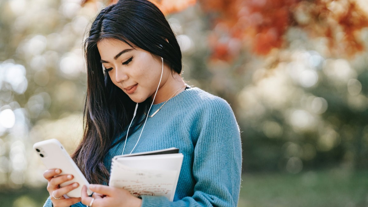 A woman using her smartphone for online learning.
